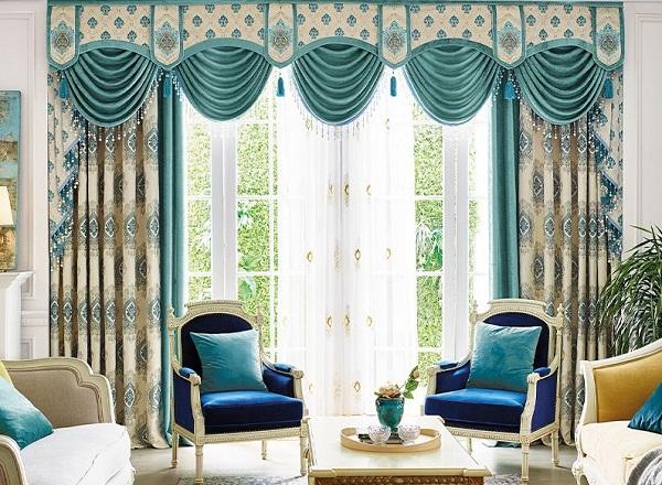 传统的欧式风格窗帘是很复杂的,包括帘幔,帘头等,繁复华丽.
